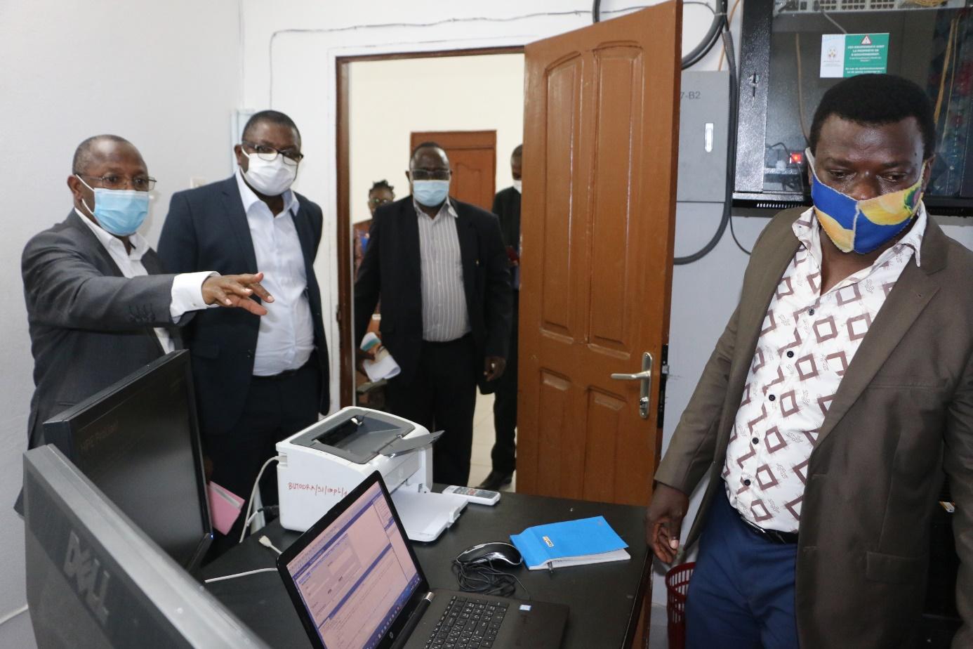 Le ministre de la culture et du tourisme dans la salle informatique